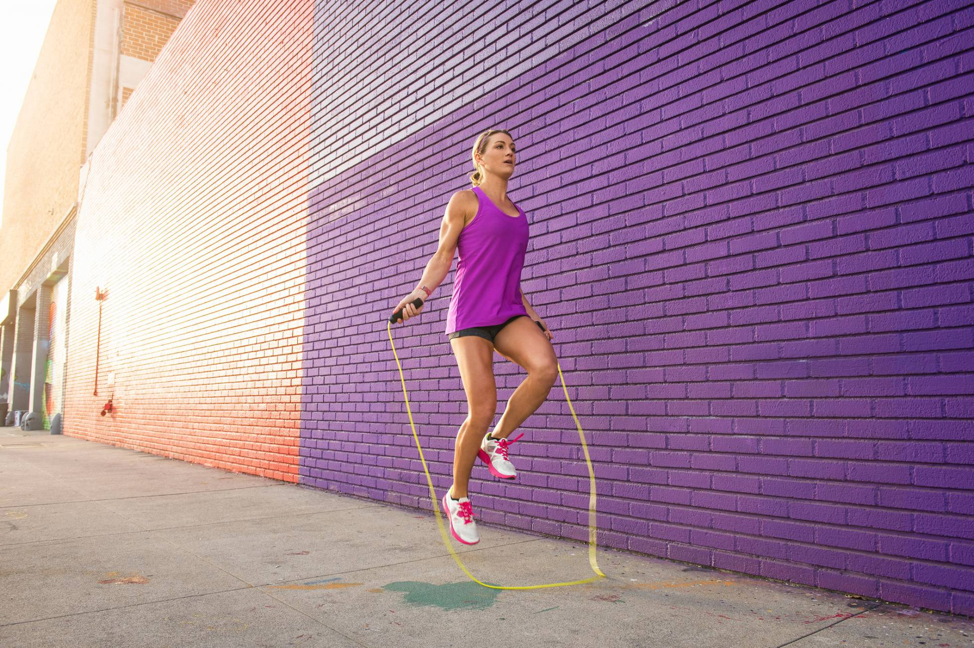 Quema más calorías que correr y evita el dolor de rodillas: los beneficios de saltar a la comba
